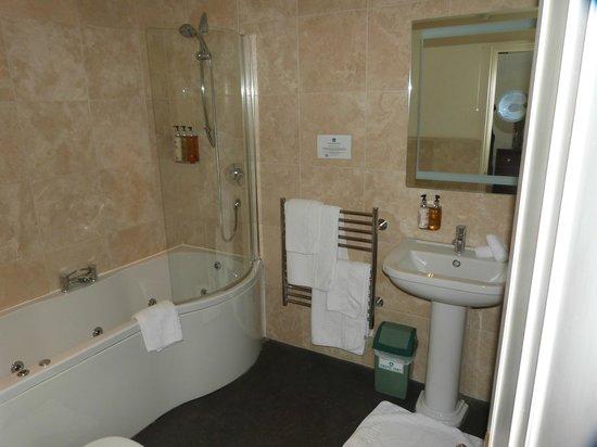 Royal Castle Hotel: Large bathroom
