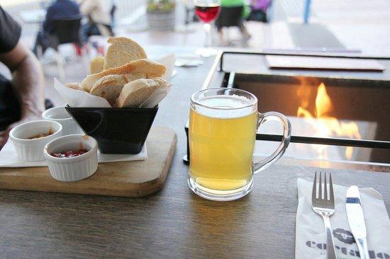 Café Cortado: Table extérieure avec un foyer au propane au centre pour se réchauffer.
