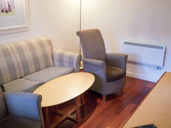Holyrood apartHOTEL: Living room