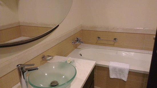 Flora Park Deluxe Hotel Apartments: bathtub