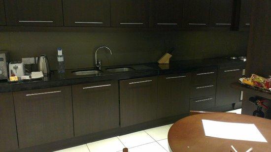 Flora Park Deluxe Hotel Apartments: kitchen