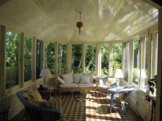 Erindale Guest House: The conservatory is a great place to enjoy tea and admire the garden