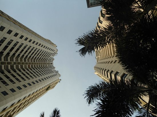 Grand Diamond Suites Hotel : looking up from the pool area