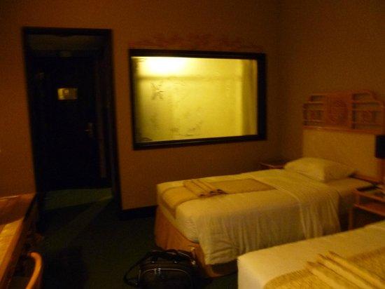 Huong Giang Hotel Resort & Spa: Window between bathroom and bedroom
