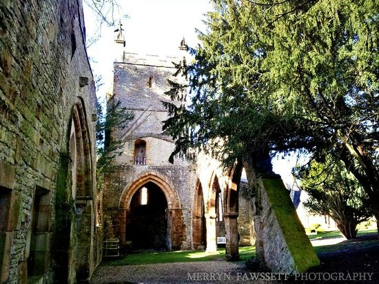 Ettington Park Hotel: Ruins of a chapel in the grounds.