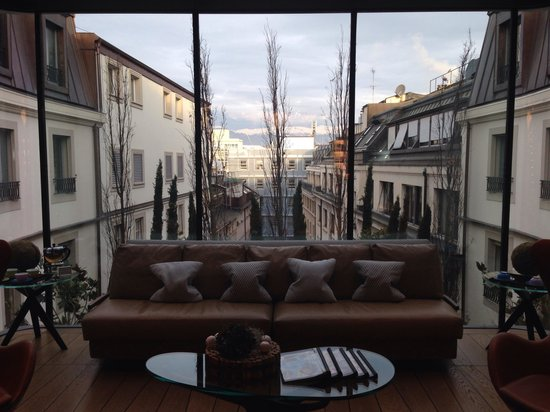 Four Seasons Hotel des Bergues Geneva: Spa reception with perfect mountain view