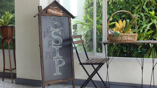 SSIP Boutique Dhevej Bangkok: entryway - note banana basket