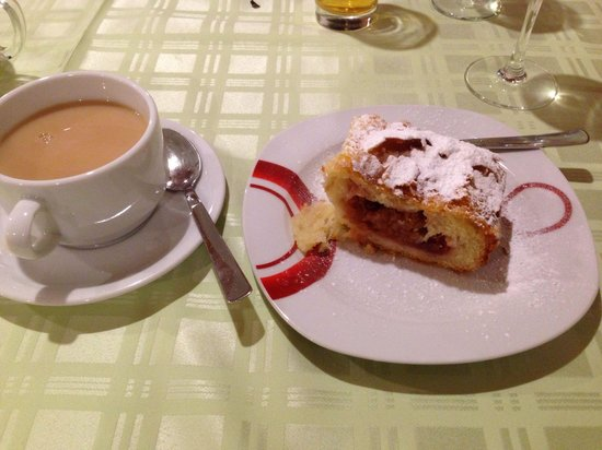 Plitvice Miric Inn: Yummy cherry strudel and tea to finish the fab meal.