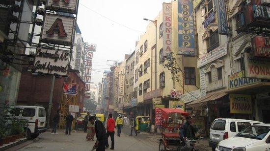 Hotel Krishna: Street scene
