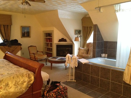 Manor House Inn : Fireplace and whirlpool tub in our room