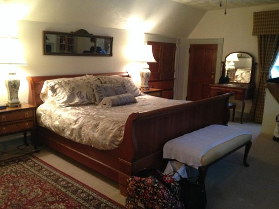 Manor House Inn: very comfortable bed