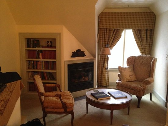 Manor House Inn: Sitting area by fireplace