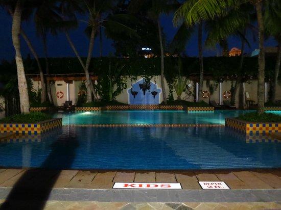 Vivanta by Taj - Malabar: La piscine le soir