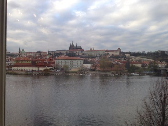 Four Seasons Hotel Prague: Suite view of the castle