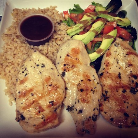 grilled Chicken Platter with organic brown rice - Picture of