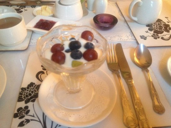Donnybrook Hall Hotel: Breakfast - Yogurt with fruit