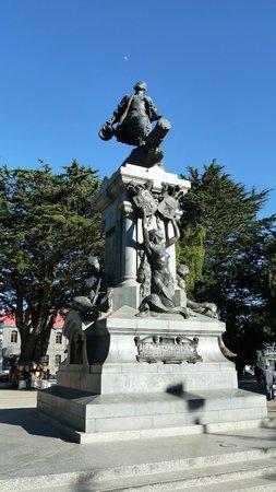 Memorial to Ferdinand Magellan: Der Herr Magellan auf dem Sockel