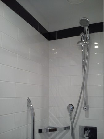 Hilton London Wembley: Shower in Bathroom of Hotel Suite