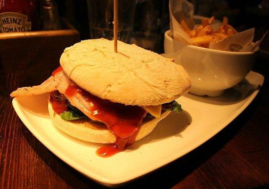 O'Neill's - Kings Cross: Hamburger con bacon + patatine fritte