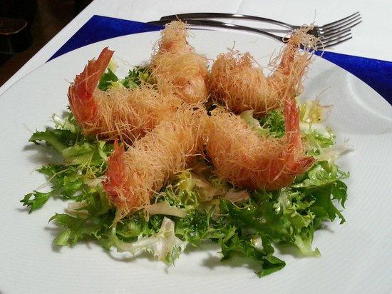 Bagnara Calabra, Italien: nidi di gamberi su insalata riccia emulsionatacon citronette aromatizzata al coriandolo