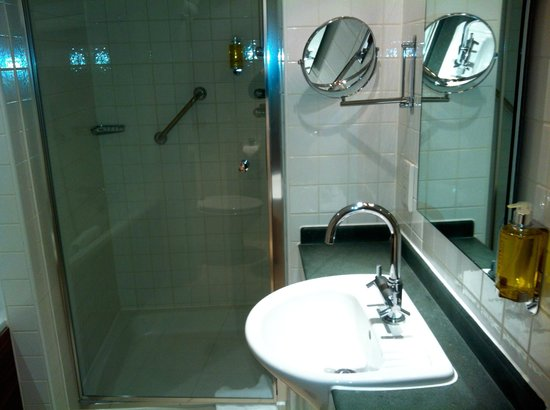 DoubleTree by Hilton London - Westminster : Nice clean bathroom