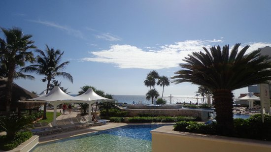 Omni Cancun Resort & Villas : View of the beautiful ocean from main pool area