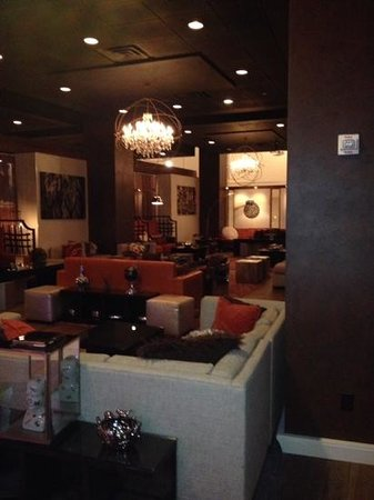 Renaissance St. Louis Airport Hotel: Lobby Bar Is Beautiful