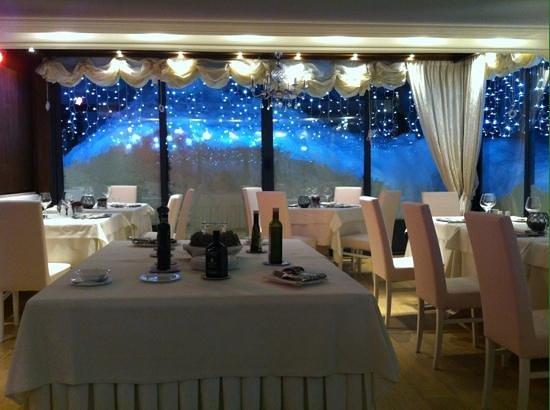 Faloria Mountain Spa Resort: conservatory dining area