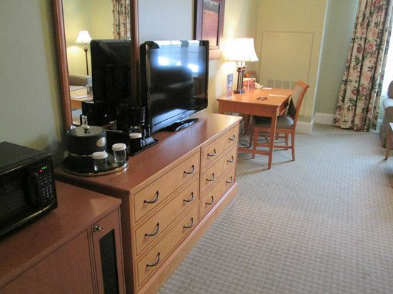 The Resort at Glade Springs : Deluxe King Room TV and Desk area