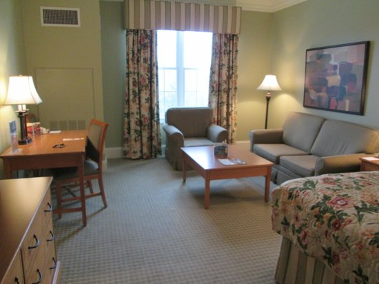 The Resort at Glade Springs: Deluxe King Room sitting area without balcony.