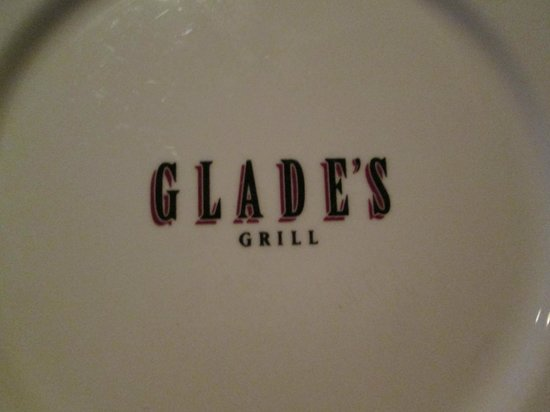 Glade's Grill & Bar: Plates set when you come in with bread plates over top.