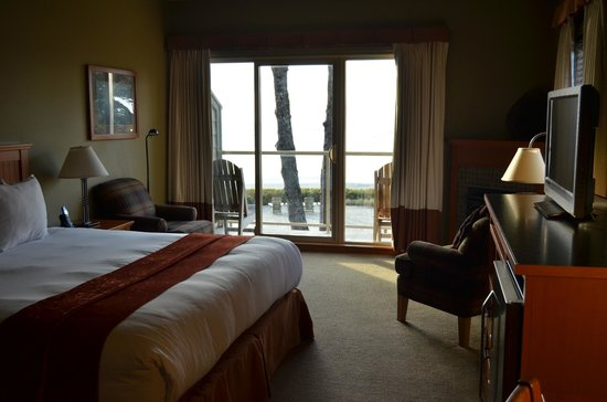 Long Beach Lodge Resort: Room 215 - kingsize bed