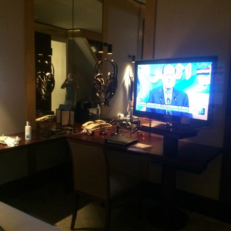 Park Hyatt Paris - Vendome: WORK AREA AND HD TV WITH BLUE RAY
