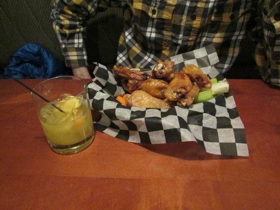 Bunkers Sports Bar: sweet chili wings appetizer and screwdriver