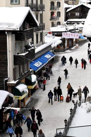 Hotel Walliserhof Zermatt: Street view from our room