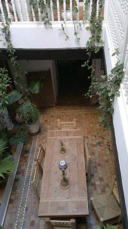 Riad 'Chez Dar Ma' : Dining area seen from bedroom floor