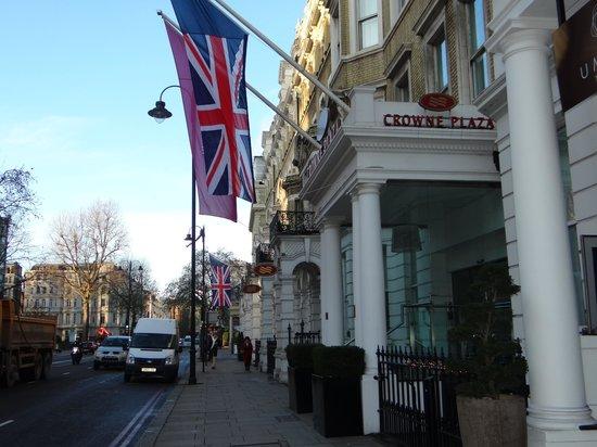 Crowne Plaza London Kensington: Fachada do hotel na Cromwell Road