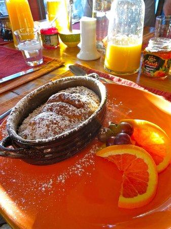 Sedona Views Bed and Breakfast: homemade breakfast pastry with orange custard