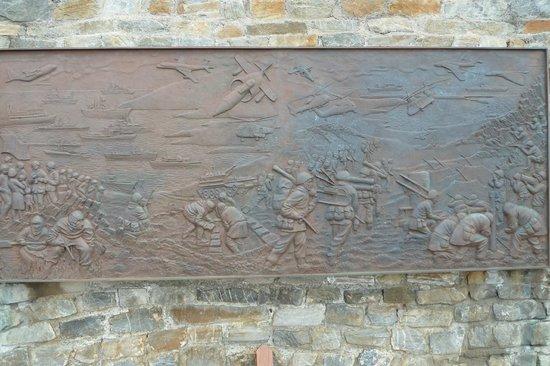 1982 Liberation Memorial: Ein Relief der Schlacht