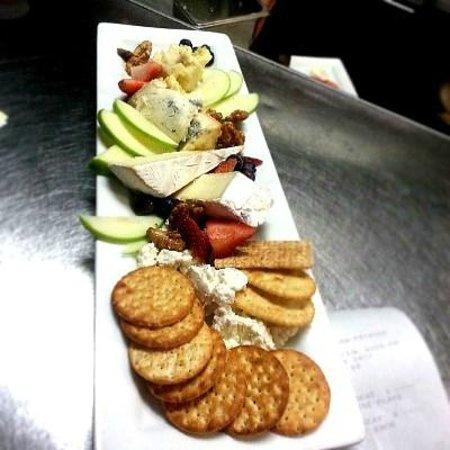 Villaggio Grille: Villaggio Cheese & Fruit Plate