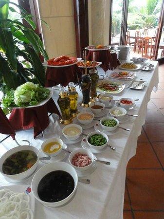 Golden Coast Resort and Spa: Завтрак, трава и фрукты