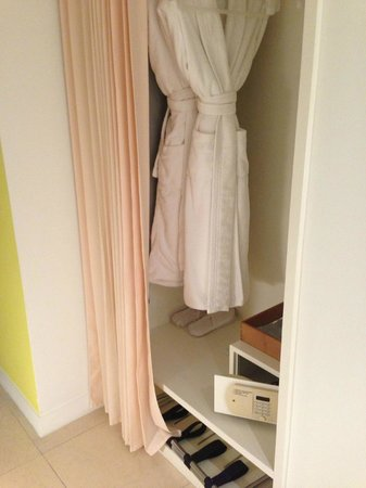 St Martins Lane London Hotel : closet
