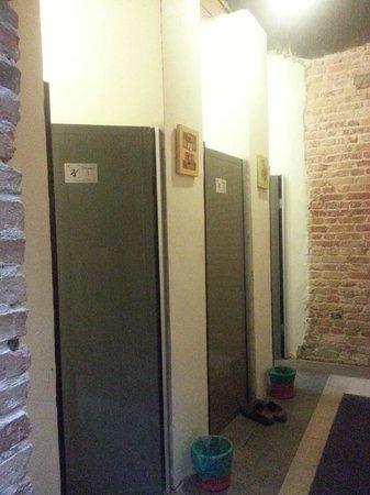 Raizzy's Guesthouse: Shared bathroom