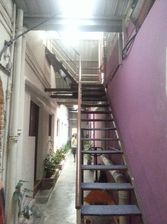 Raizzy's Guesthouse: Stairs to 2nd floor