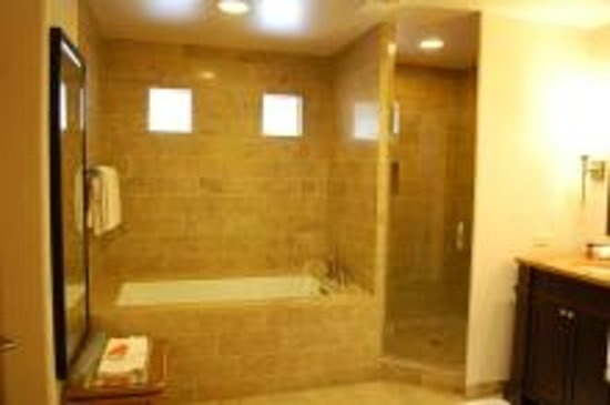 Enchantment Resort : バスルームは広く、タブは深く良かったです