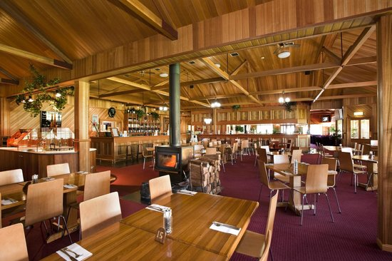 Tall Timbers Hotel: Bistro with many stunning timber features