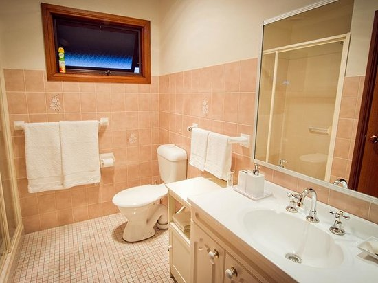 Camden Hillview : Bathroom, spacious shower, well appointed