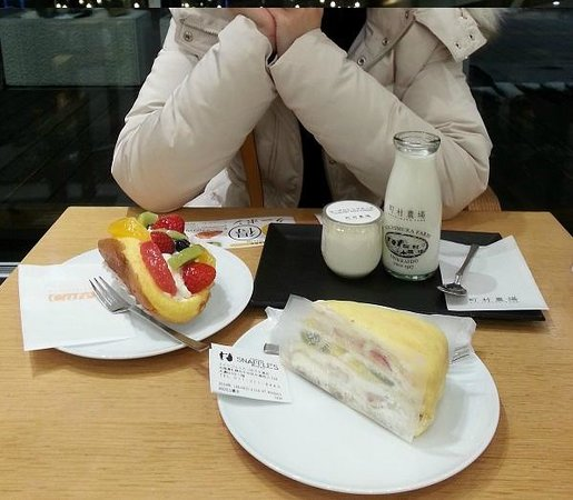 Kinotoya Odori Koen: Famous fruit crepe cake, fruits cream puff, and milk pudding