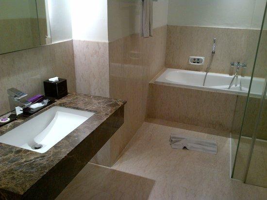 Quest Hotel Semarang : Bath room