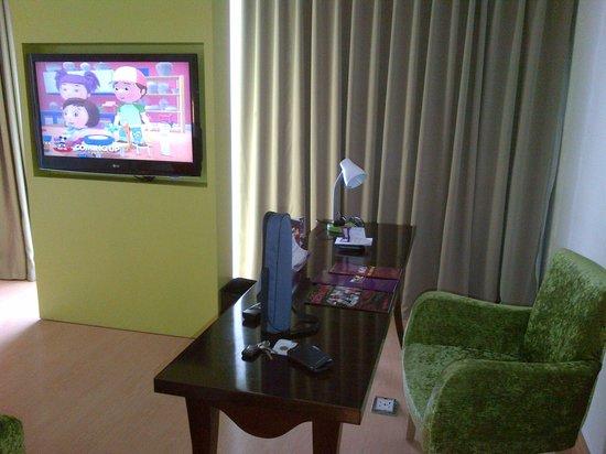 Quest Hotel Semarang : Desk & TV